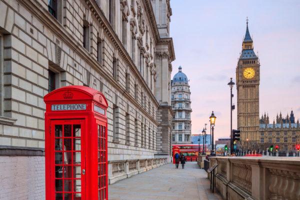 Rote Telefonzelle in London vor Big Ben