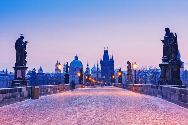 Prag Karlsbrücke im Winter