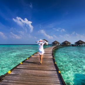 Overwater Villa mit Pool: 8 Tage Luxus auf den Malediven im TOP 5* Resort mit Frühstück, Flug, Zug zum Flug & Transfer für 2.899€
