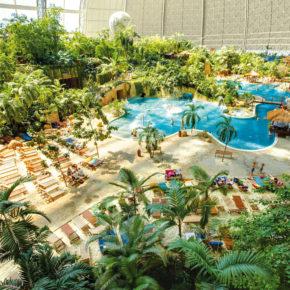 Nahe Berlin: 3 Tage Tropical Islands mit Bungalow, Eintritt & Flug um 168€