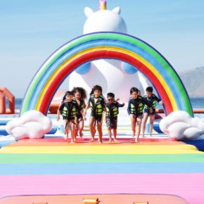 Einhorn-Insel: Diese pastellfarbene XXL-Badeinsel gehört auf jede Bucket List!