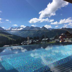 Wanderung zur Hängebrücke: 3 Tage Wellness Deluxe im 4* Hotel im Zillertal mit Infinitypool, SPA, Verwöhnpension & Extras ab 199€