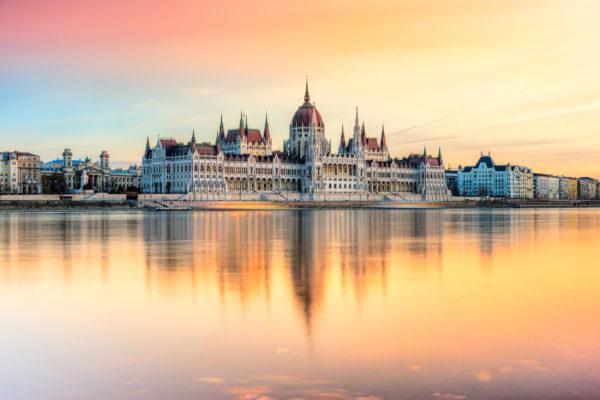 Ungarn Budapest Parlament Sonnenlicht