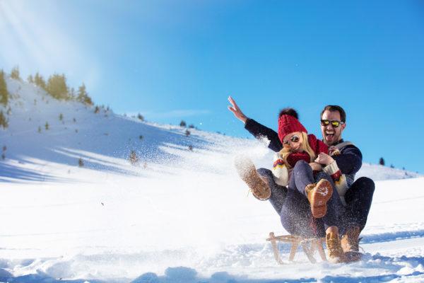 Schlitten fahren Schnee Rodeln Paar