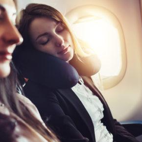 Tipps gegen Jetlag: Was Ihr bei Müdigkeit, Kopfschmerzen & Übelkeit machen könnt